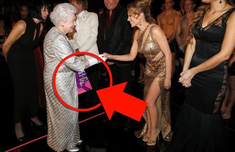 Queen-Elizabeth-II-greeted-Kylie-Minogue-Royal-Variety